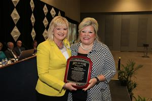Spradling principal Robyn Dawson receives award from Ballman principal and AAESP pres. Lori Griffin